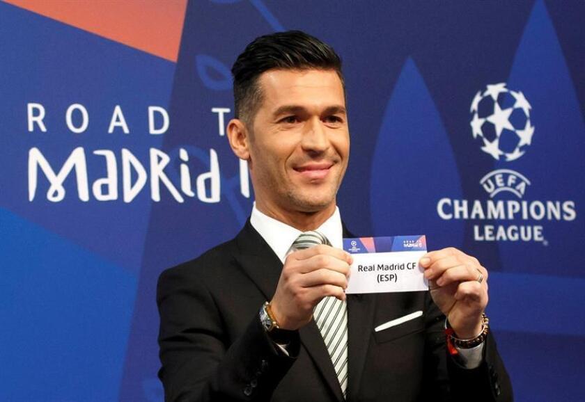 El exfutbolista español y embajador de la UEFA para la Liga de Campeones, Luis García, muestra la papeleta del Real Madrid durante el sorteo de los octavos de final de la Liga de Campeones en Nyon, Suiza, hoy, 17 de diciembre de 2018. EFE