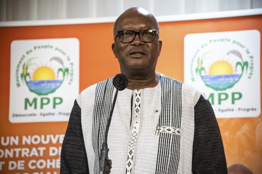 El presidente Roch Marc Christian Kabore se dirige a sus simpatizantes en Uagadugú el jueves 26 de noviembre de 2020 luego de saber que continuará como mandatario de Burkina Faso otros cinco años, (AP Foto/Sophie Garcia)
