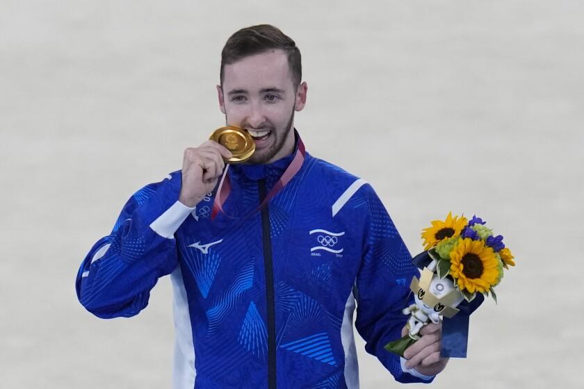 Artem Dolgopyat, de Israel, posa tras ganar la medalla de oro en gimnasia artística en los Juegos Olímpicos de Tokio, el domingo 1 de agosto de 2021. (AP Foto/Gregory Bull)