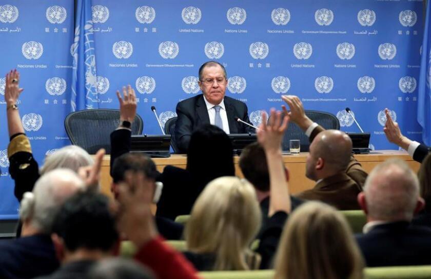 El ministro de Exteriores ruso, Sergei Lavrov (centro), atiende las preguntas de los periodistas en la sede de Naciones Unidas en Nueva York, EEUU, hoy, 19 de enero de 2018. EFE
