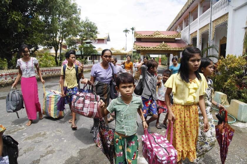 Habitantes de la localidad de Rakhine, Myanmar, se van del poblado, el lunes 29 de junio de 2020. Miles de personas de Rakhine están huyendo de los enfrentamientos entre el gobierno y los rebeldes étnicos. (AP Foto)