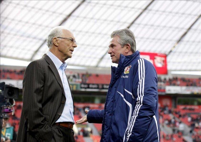 "El ""kaiser"" Franz Beckenbauer (izq) y el técnico saliente del Bayern Múnich, Jupp Heynckes (dcha). EFE/Archivo"
