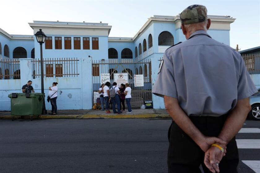 La Asociación de Maestros de Puerto Rico Local Sindical, con el propósito de agilizar la apertura de los planteles escolares, creó siete comisiones especiales con el respaldo del Departamento de Educación, para dar seguimiento a los hallazgos en las escuelas por parte del Cuerpo de Ingenieros de Estados Unidos y dijo que hay 275 aulas que se pueden abrir y no lo han hecho. EFE/ARCHIVO