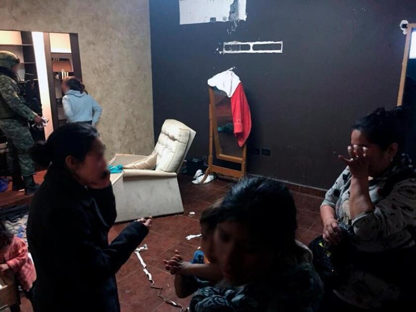 Fotografía cedida por la vocería de Tamaulipas hoy, domingo 11 de febrero de 2018, que muestra a varios migrantes encontrados en una casa de seguridad en la ciudad de Tamaulipas (México). EFE/Voceria de Tamaulipas/SOLO USO EDITORIAL/MEJOR CALIDAD DISPONIBLE
