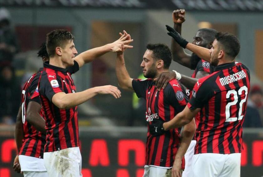 El jugador del AC Milans Krzysztof Piatek (I) celebra con sus compañeros un gol al Cagliari en el Giuseppe Meazza stadium de Milán. EFE/EPA