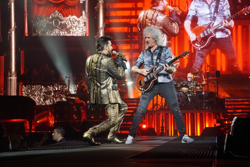De izq. a der., Adam Lambert, Brian May y Roger Taylor, durante el primero de dos conciertos en el Forum de Inglewood.