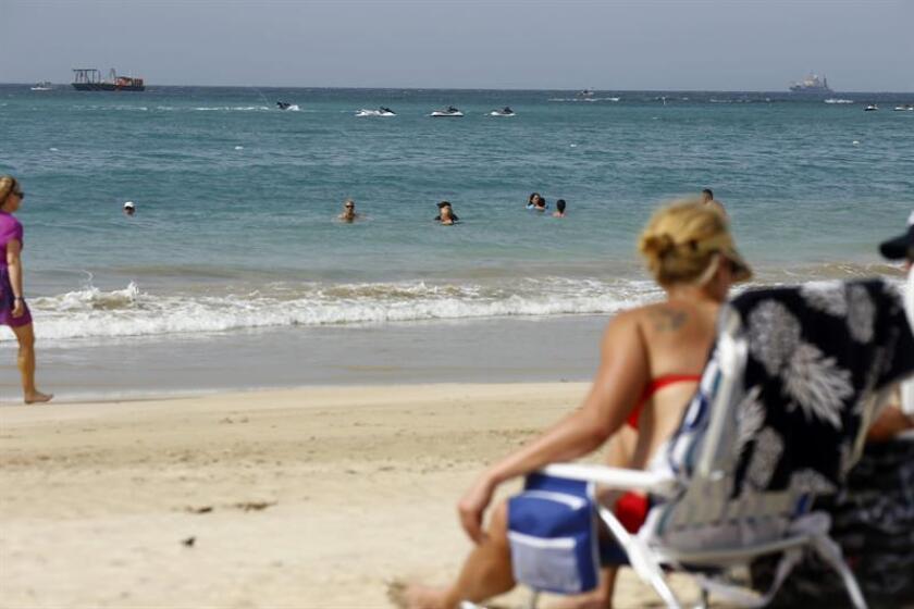 Una turista toma el sol en la playa de Carolina, Puerto Rico. EFE/Archivo