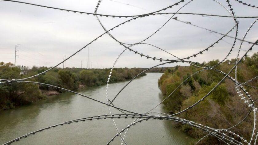 El Río Bravo corre bajo los puentes que conectan Hidalgo, Texas, justo al sur de McAllen, con Reynoso, México. El presidente Trump aterrizará en McAllen el jueves para una visita a la frontera como parte de su campaña para financiar un muro. (Julion Cesar Aguilar / AFP/Getty Images)
