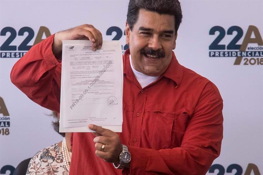 El presidente de Venezuela, Nicolás Maduro (c), formaliza ante el Consejo Nacional Electoral (CNE) su candidatura a la reelección para los comicios del 22 de abril. EFE