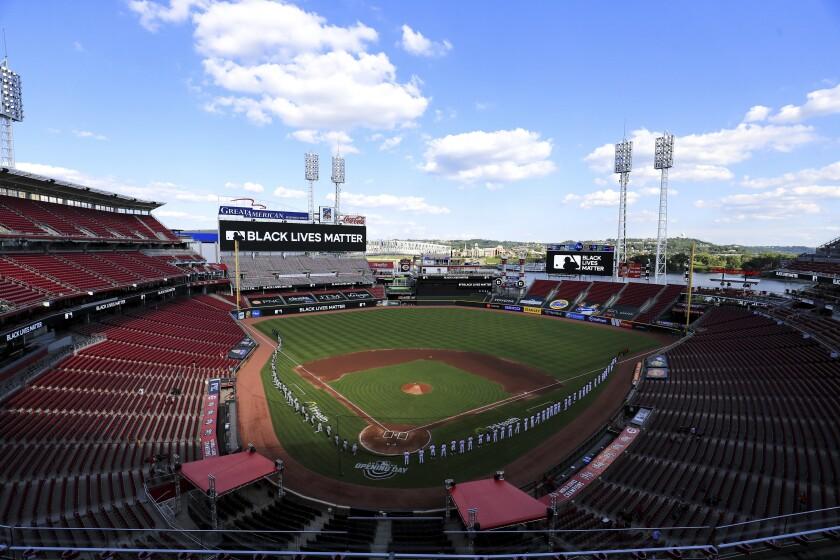 La foto del 24 de julio de 2020 muestra el Great American Ball Park, vacío por la pandemia, durante un acto relacionado con el movimiento Black Lives Matter, antes de un juego entre los Tigres de Detroit y los Rojos de Cincinnati (AP Photo/Aaron Doster)