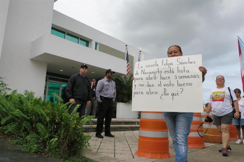 """El gremio de maestros Unión Nacional de Educadores y Trabajadores de la Educación (UNETE) reclamó hoy que a miles de maestros transitorios no se les refleja un aumento de 125 dólares mensuales en su segunda quincena de agosto, según, dijo, """"prometió hacer el Gobierno"""" de Puerto Rico. EFE/Archivo"""