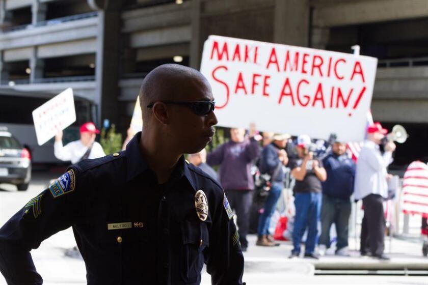 El oficial de la policía de Los Ángeles Kevin Ferguson violó las leyes de las fuerzas locales del orden cuando disparó su arma en un enfrentamiento hace un año con un grupo de adolescentes, determinó hoy la Comisión de Policía de esta ciudad. EFE/ARCHIVO