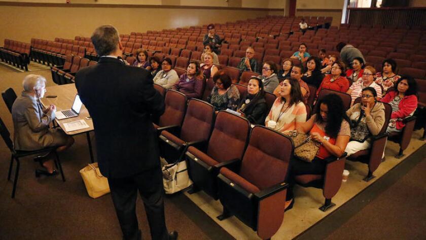 El consultor Hank Gmitro exhorta al público a expresar las cualidades que buscan en el próximo superintendente de Los Ángeles, durante un foro público en Van Nuys High School.