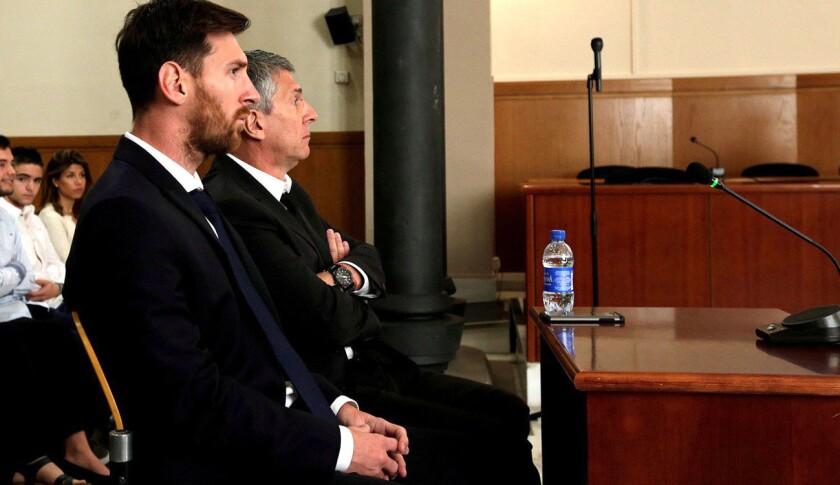 Lionel Messi y su padre Jorge Horacio Messi, ante la corte de Barcelona.