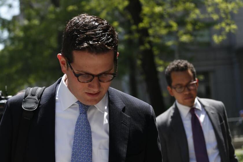 El abogado Michael Mann (i) salen este jueves 12 de mayo del tribunal después de participar en la audiencia de sus defendidos, los venezolanos Efraín Antonio Campo Flores y Francisco Flores de Freitas, familiares del presidente de Venezuela, Nicolás Maduro, acusados de narcotráfico en Nueva York. EFE/Archivo
