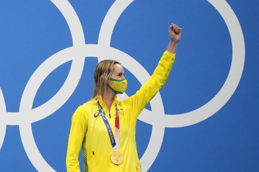 La australiana Emma Mckeon celebra después de ganar la medalla de oro en los 100 metros estilo libre, el viernes 30 de julio de 2021, en Tokio. (AP Foto/David Goldman)