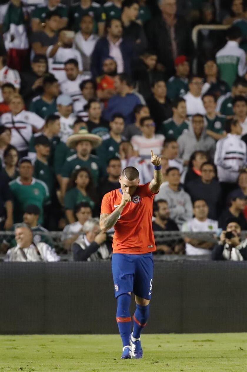 Nicolás Castillo de Chile festeja después de anotar ante México, el martes 16 de octubre de 2018, durante un juego amistoso entre las selecciones de México y Chile, en el estadio Corregidora de Querétaro (México). EFE/Archivo