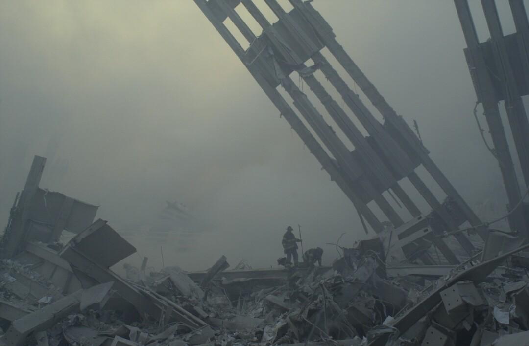 آتش نشانان در محل مرکز تجارت جهانی در آوار غرق شدند