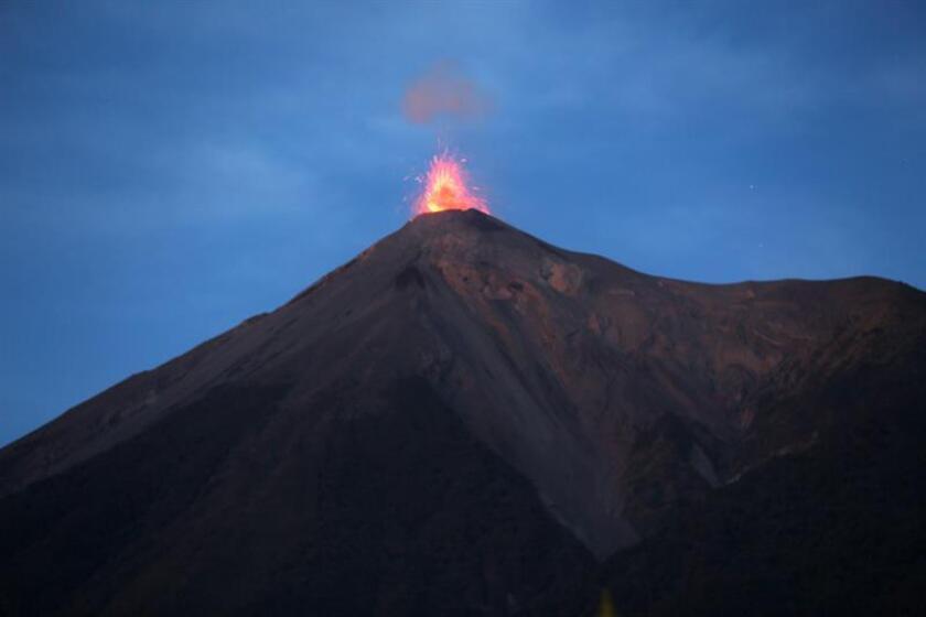 El lago de lava del volcán Masaya, uno de los más activos de América, atrae a miles de personas cada año, tanto por la rareza del fenómeno como por su fácil acceso, ya que se encuentra a 23 kilómetros de Managua y los turistas pueden alcanzar el borde del cráter en automóvil. EFE/Archivo