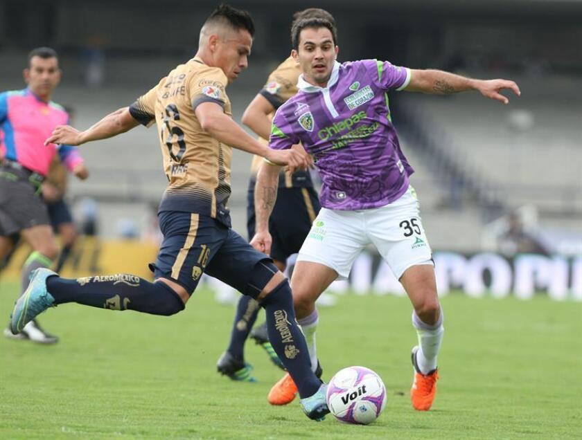 El jugador Emiliano Armenteros, (derecha) disputa un balón al jugador de Pumas Marcelo Alatorre. EFE/Achivo
