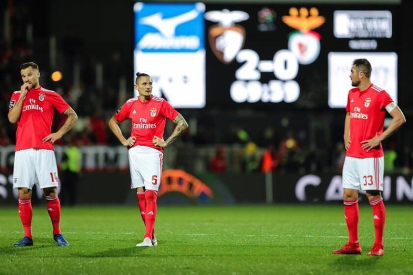 Los jugadores de Benfica (i-d) Seferovik, Fejsa y Jardel durante un partido de la Primera Liga portuguesa entre Benfica y Portimonense celebrado en Portimao, Portugal. EFE