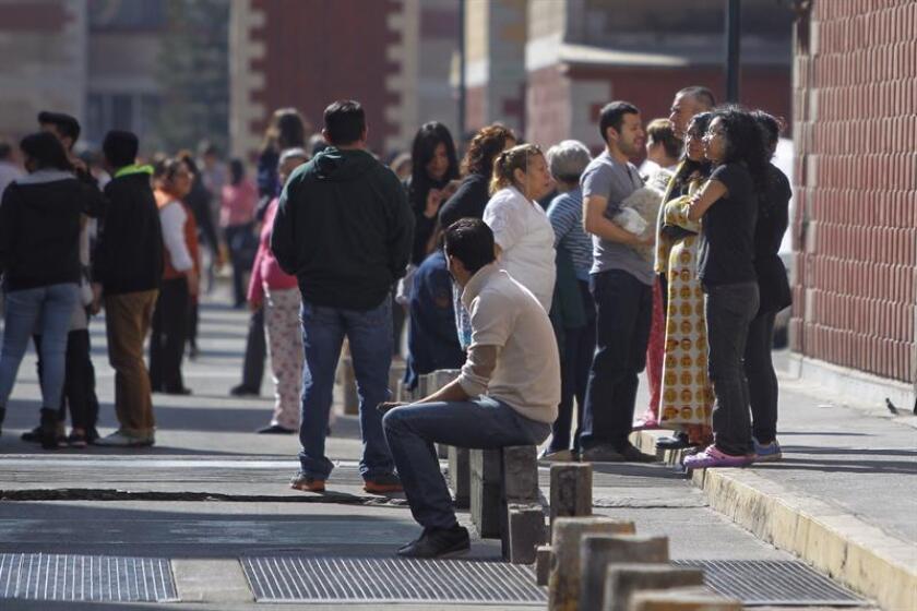 Un fuerte sismo de magnitud preliminar 7 sacudió hoy la Ciudad de México, así como el centro y el sur del país a las 17.39 hora local (23.39 GMT), con epicentro a ocho kilómetros al noreste de Pinotepa Nacional, estado sureño de Oaxaca, informó el Servicio Sismológico Nacional. EFE/ARCHIVO