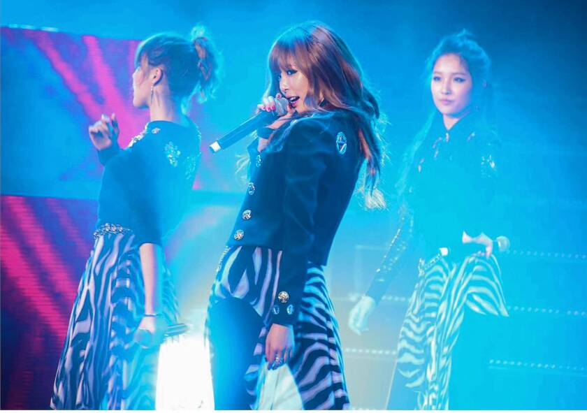 Hyuna performing on stage with her group 4Minute at last year's KCON fest.