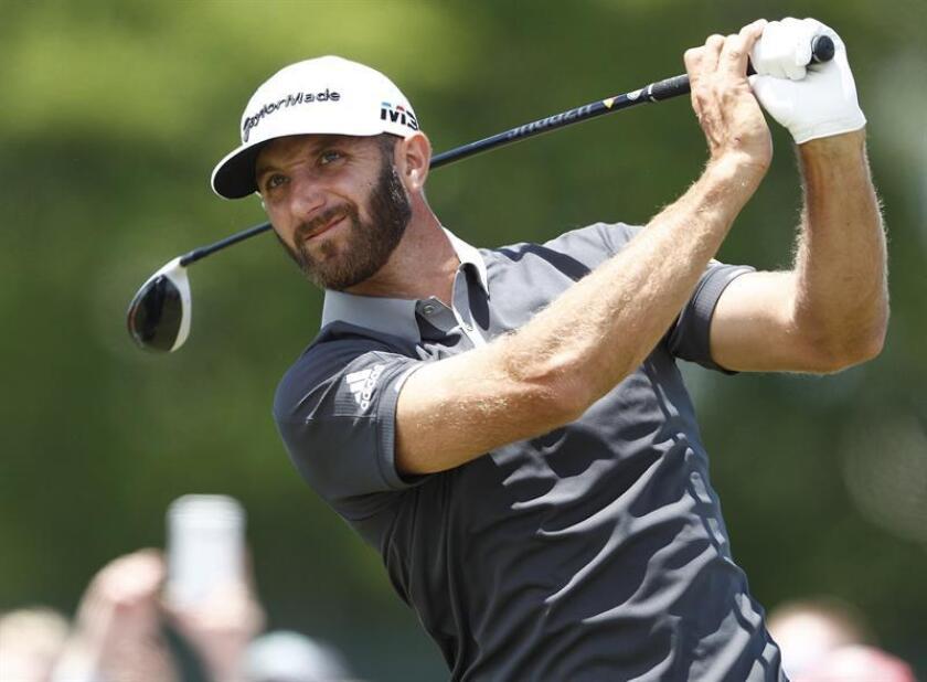 El golfista estadounidenses Dustin Johnson golpea la bola durante la segunda jornada del 118 Abierto de Golf de Estados Unidos que se celebra en el club de golf Shinnecock Hills en Nueva York (Estados Unidos) hoy, 15 de junio del 2018. EFE
