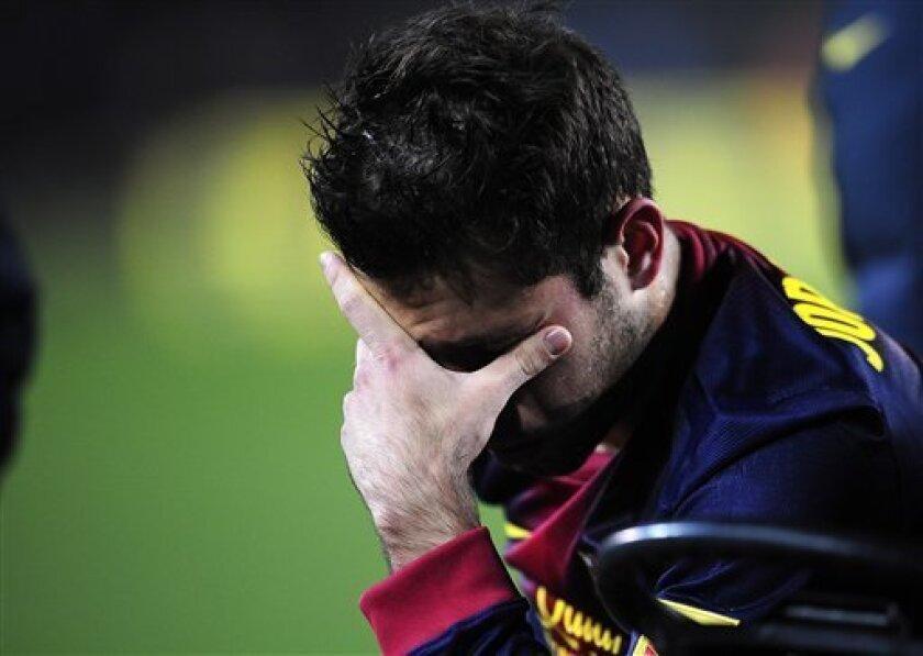 El jugador del Barcelona, Jordi Alba, se tapa el rostro en un partido contra el Real Madrid por las semifinales de la Copa del Rey el martes, 26 de febrero de 2013, en Barcelona. (AP Photo/Manu Fernandez)