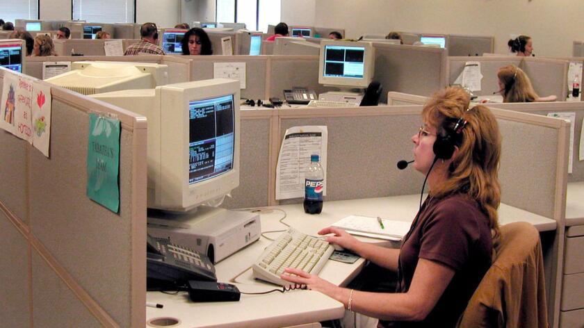 Los centros de atención telefónica son una de las ocupaciones más afectadas por la subcontratación interna. (AP / Bristol Herald Courier, John Bray)