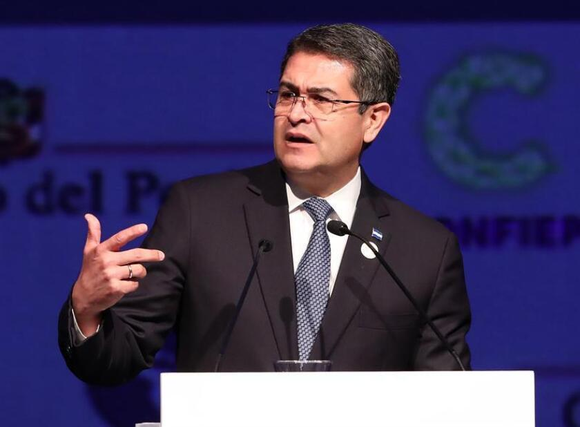 El vicepresidente, Mike Pence, y el mandatario de Honduras, Juan Orlando Hernández (imagen), reafirmaron hoy su compromiso en la lucha contra la corrupción y la inmigración irregular. EFE/ARCHIVO