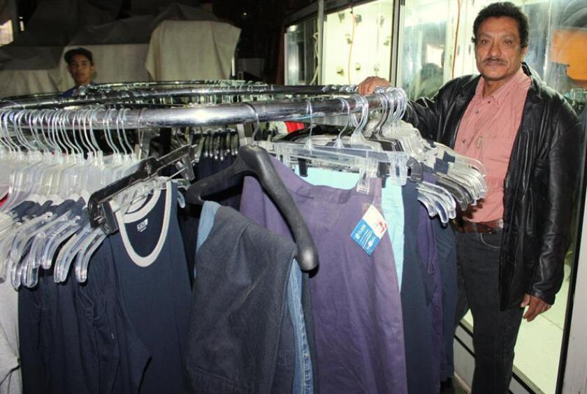 LOS ÁNGELES.- Un voluntario de la tienda posa en el interior del local de 3.000 pies cuadrados, ubicado en el 7320 South Vermont Avenue, en Los Ángeles, California. EFE/Archivo