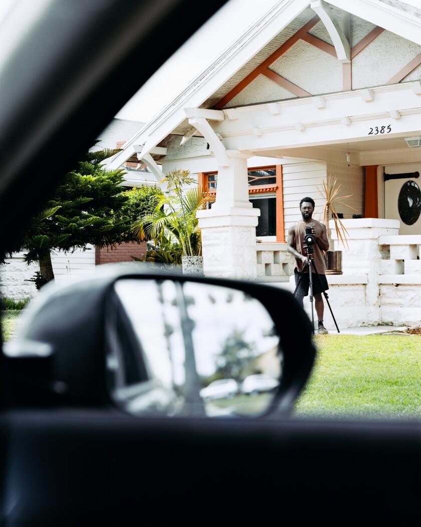 """Una imagen de Ian Byers-Gambe muestra a Paul Mpagi Sepuya fotografiando en su césped. [19659012] """"Paul, 12 de mayo de 202 0 """"por Ian Byers -Gamber. A cambio, el fotógrafo Paul Mpagi Sepuya fotografía a Byers-Gamber. </p> <p>  (Ian Byers-Gamber) </p> </p></div> </figure> </div> <p>  Como muchos trabajadores del arte, Byers-Gamber, de un día para otro, no tuvo apariencias cuando las órdenes de vivienda más seguras terminaron en marzo. Los espectáculos han sido suspendidos. Las exposiciones han sido canceladas. En las primeras semanas de la pandemia, no estaba muy seguro de qué hacer consigo mismo. """"Estaba totalmente paralizado"""", dice. [19659009] Pero a medida que pasaban los días, decidió que era hora de levantar su cámara. """"Mi primer impulso fue tomar fotos de calles vacías, pero no quería glorificar eso, la ruina del porno"""", dice. [19659002] Entonces llamó a sus amigos para ver quién podría estar listo para un retrato. """"Quería hacerlo sobre las personas y la supervivencia"""", explica. </p> <div class="""