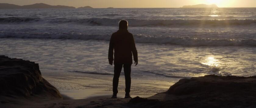 Un hombre mira hacia el océano en una escena de Maija Awi, proyectada en el Festival de Cine Latino de San Diego.