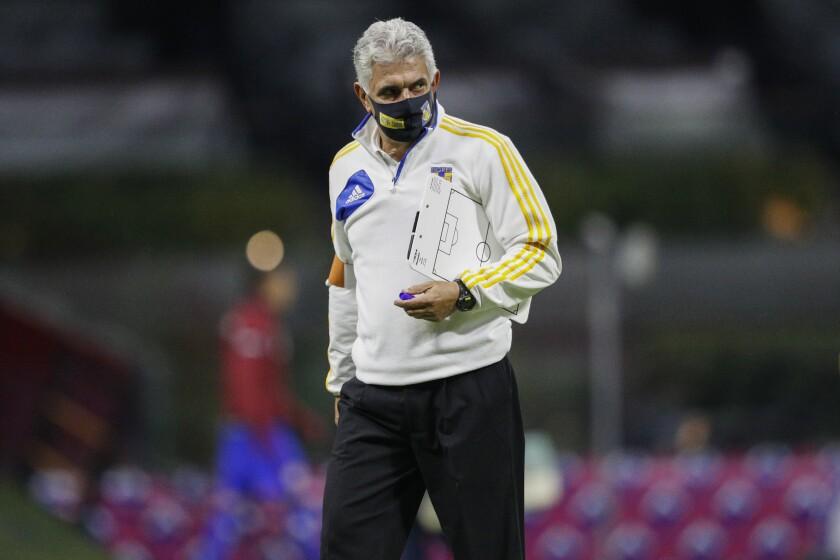 ARCHIVO - En esta foto del 29 de noviembre de 2020, el técnico de Tigres Ricardo Ferretti durante el descanso del partido contra Cruz Azul por los cuartos de final del torneo Apertura de México. (AP Foto/Eduardo Verdugo, archivo)