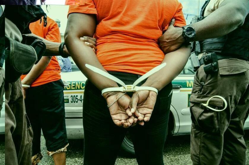 Más de veinte personas de origen hispano fueron detenidas hoy en una redada contra el tráfico de drogas en San Antonio (Texas) acusados de distribuir grandes cantidades de metanfetamina y cocaína. EFE/ARCHIVO