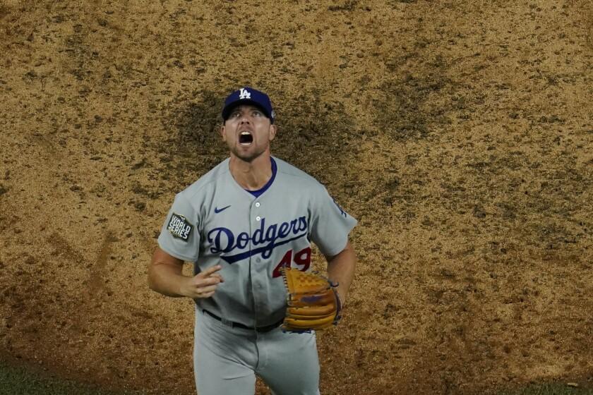 El relevista de los Dodgers de Los Ángeles Blake Treinen celebra su triunfo sobre los Rays \