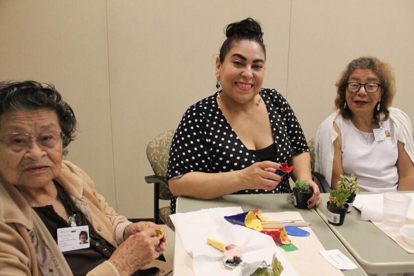 Yolanda González (en medio) con algunas de las participantes de la clase de arte.