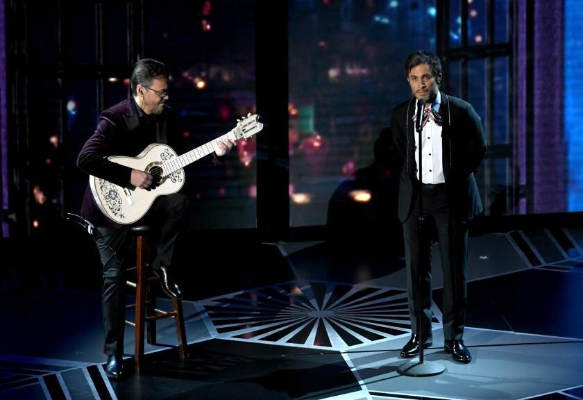 """Gael Garcia Bernal mientras interpreta el tema musical """"Remember Me"""" en el escenario del Oscar."""