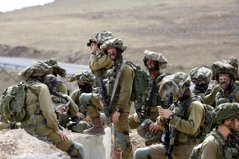 Soldados israelíes vigilan la entrada del campo de acogida de refugiados Fawar en el sur de Hebrón, Palestina. EFE/Abed Al Hashlamoun