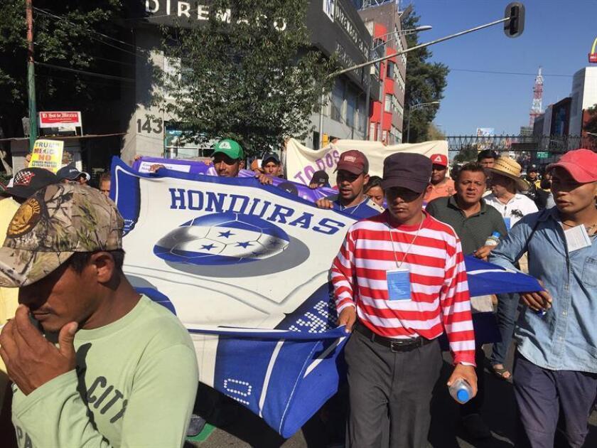 Miembros de la caravana de migrantes caminan hoy, jueves 8 de noviembre de 2018, por calles en Ciudad de México (México). EFE