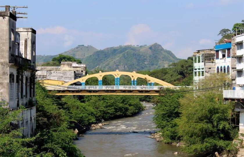 Fotografía de un puente el pasado 24 de febrero de 2019 en la Villa de San Bartolomé de Honda (Colombia). EFE