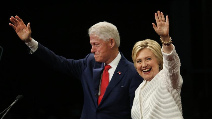 """Bill and Hillary Clinton. Obama subrayó que """"su histórica campaña inspiró a millones y es una extensión de su vida dedicada a la lucha por las familias de clase media y los niños""""."""