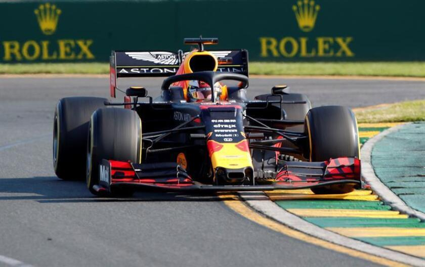 El piloto holandés Max Verstappen (Red Bull), tercero en el Gran Premio de Australia, logró el primer podio de un monoplaza con motor Honda desde 2008, en la primera carrera con la escudería austríaca del fabricante japonés, que antes equipó al McLaren del español Fernando Alonso. EFE/Archivo