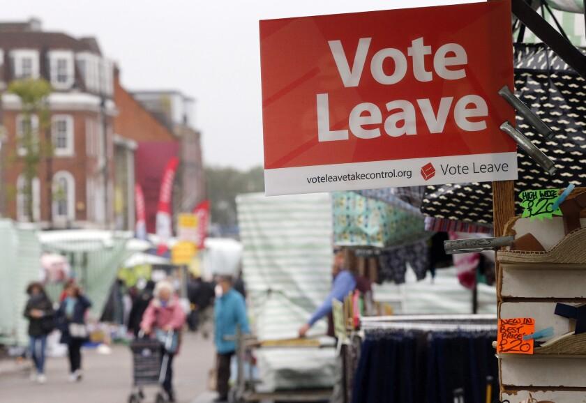 """Un cartel con las palabras """"Vote por marcharse"""", colocado en un puesto de mercado en el mercado callejero de la calle Romford, en Havering, Londres. (AP Foto/Frank Augstein)"""