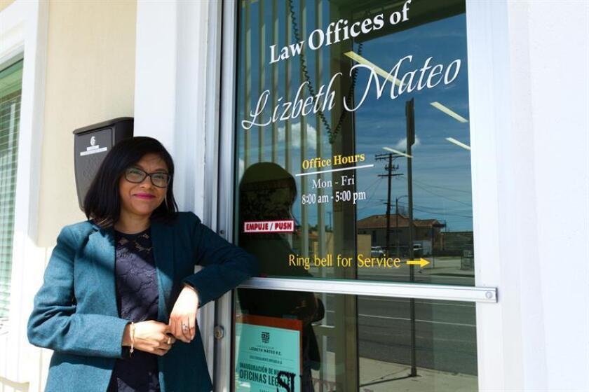 La activista indocumentada Lisbeth Mateo posa para Efe durante una entrevista en la puerta de su recien abierto bufete de abogados hoy, viernes 16 de marzo de 2018, en Los Ángeles, California. EFE