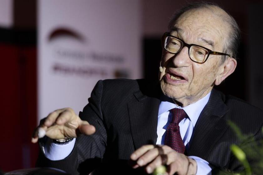 """El expresidente de la Reserva Federal (Fed) Alan Greenspan calificó hoy como un """"sinsentido"""" la idea de que otras naciones están """"timando"""" comercialmente a Estados Unidos. EFE/Archivo"""