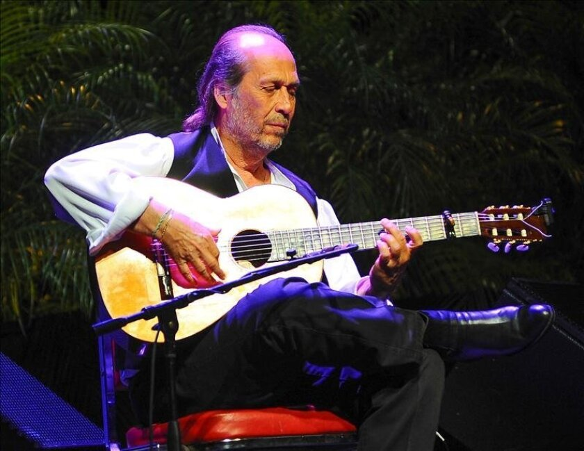 Fotografía tomada en abril de 2012 en la que se registró al guitarrista español Paco de Lucía, quien abrirá en Cuba su gira por América. EFE/Archivo