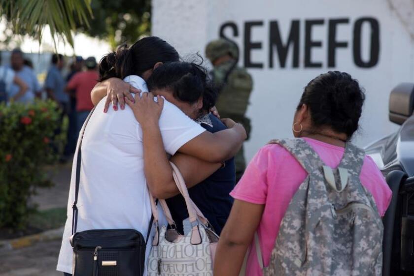 Un grupo de personas esperan la entrega de los restos de sus familiares en las afueras del Servicio Medico Forense (Semefo), en el municipio de Coatzacoalcos, en el estado de Veracruz. EFE/ Ángel Hernández