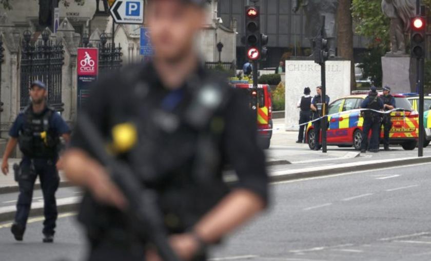 Policías vigilan las inmediaciones del Parlamento tras el atropellamiento registrado.